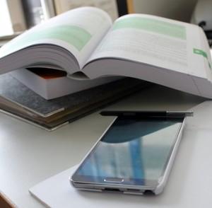 buch und smartphone_klein